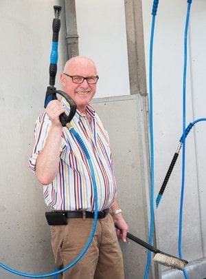 Jochen Jäckel mit Handlanze vor der SB Anlange